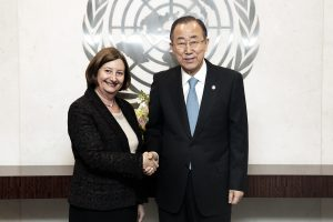 Secretaris-generaal Ban Ki-moon ontmoet de nieuwe President van het Internationaal Strafhof, Sylvia Fernández de Gumendi, op 8 april 2015 in New York – UN Photo/Evan Schneider